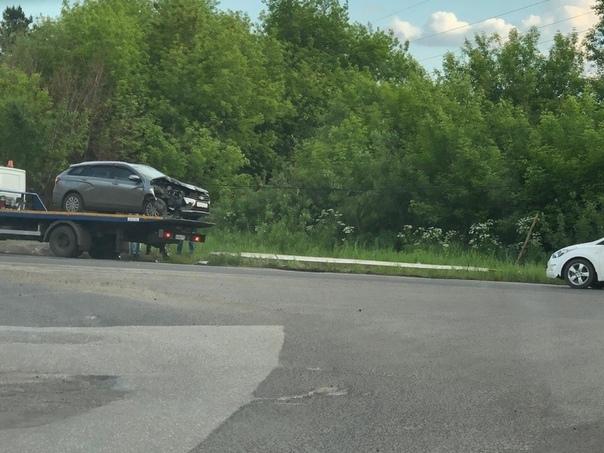 Фото, видео: в Кузбассе машина врезалась в бетонный столб