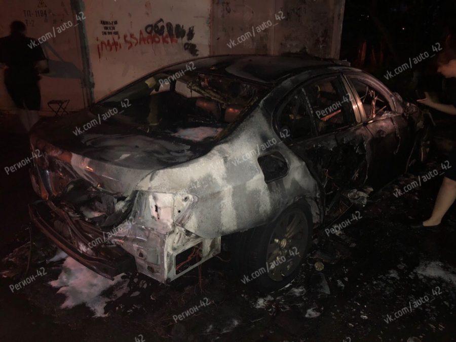 Фото: из-за чего ночью сгорели две иномарки в Кузбассе?