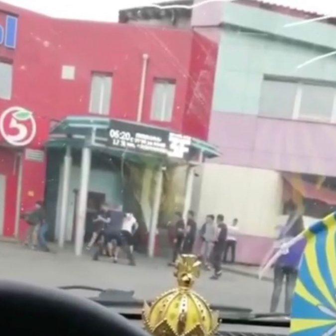 Видео: возле кемеровского ночного клуба произошла массовая драка