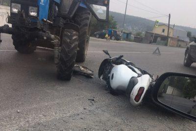 Видео: трактор протаранил мотоцикл в Кемерове