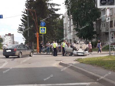 Фото: в Кемерове после ДТП на опасном перекрёстке перевернулась легковушка