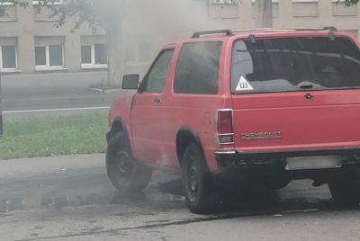 Видео: в центре Кемерова загорелся внедорожник