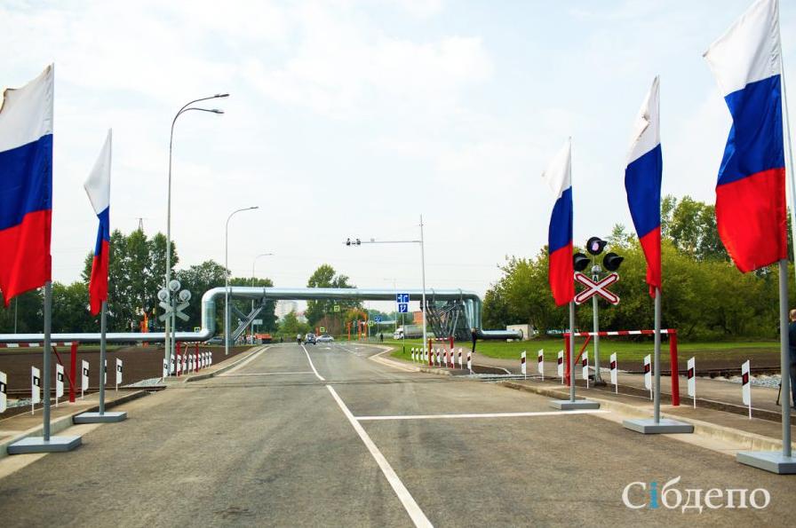 В Кемерове на железнодорожном переезде на машину рухнул шлагбаум