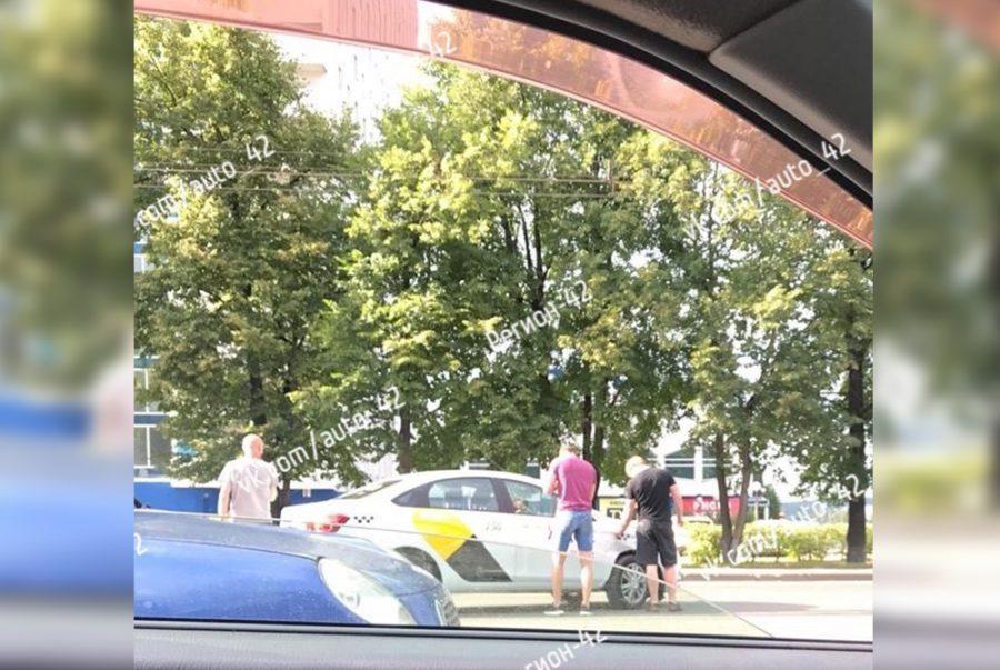 Соцсети: таксист устроил ДТП в Кемерове, ободрал машину и убежал