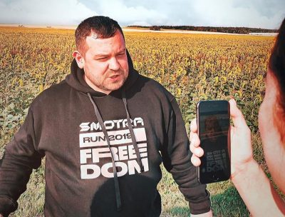 К мемориалу у сгоревшей «Зимней вишни» в Кемерове приехал известный российский блогер