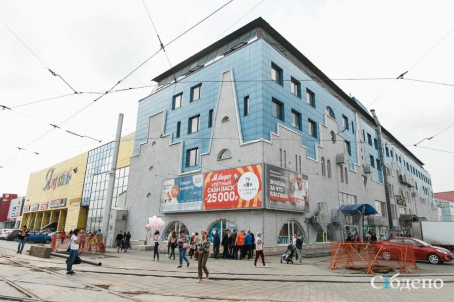 Один из крупнейших кемеровских ТЦ открыли, но заходить туда нельзя