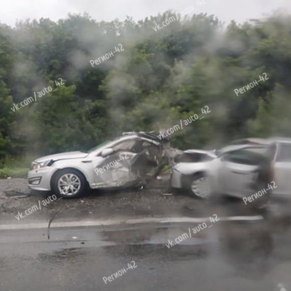 Фото: жёсткое тройное ДТП на кузбасской трассе с тремя трупами и тремя пострадавшими