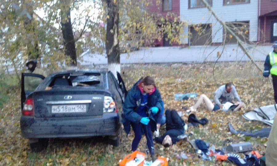Фото: в Кузбассе легковушка врезалась в дерево