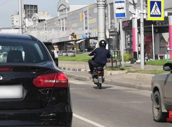 Видео: в центре Новокузнецка мотоциклист пугал водителей опасным трюком