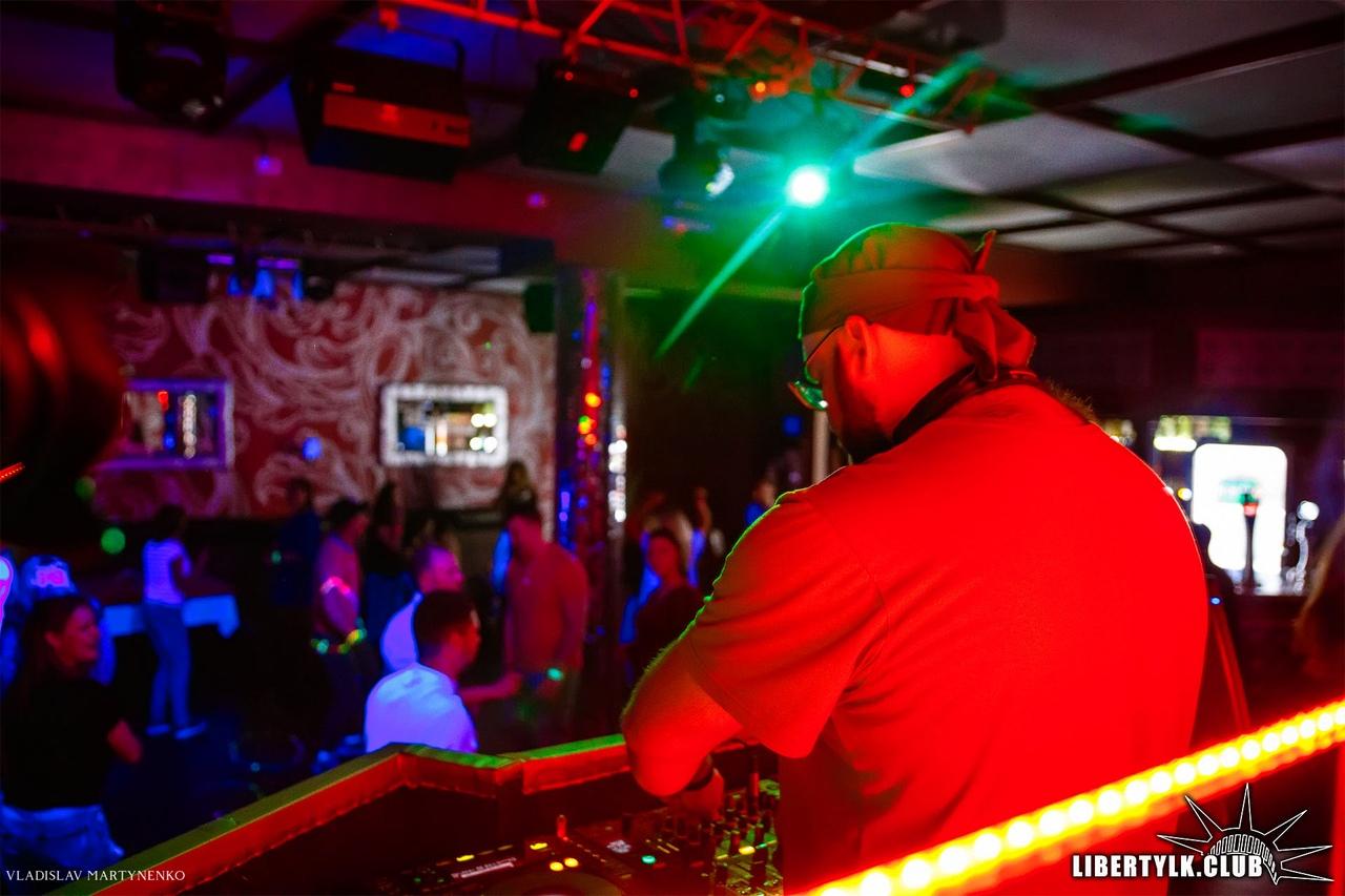 Компания в ночном клубе фото стриптиз клубы в н новгороде