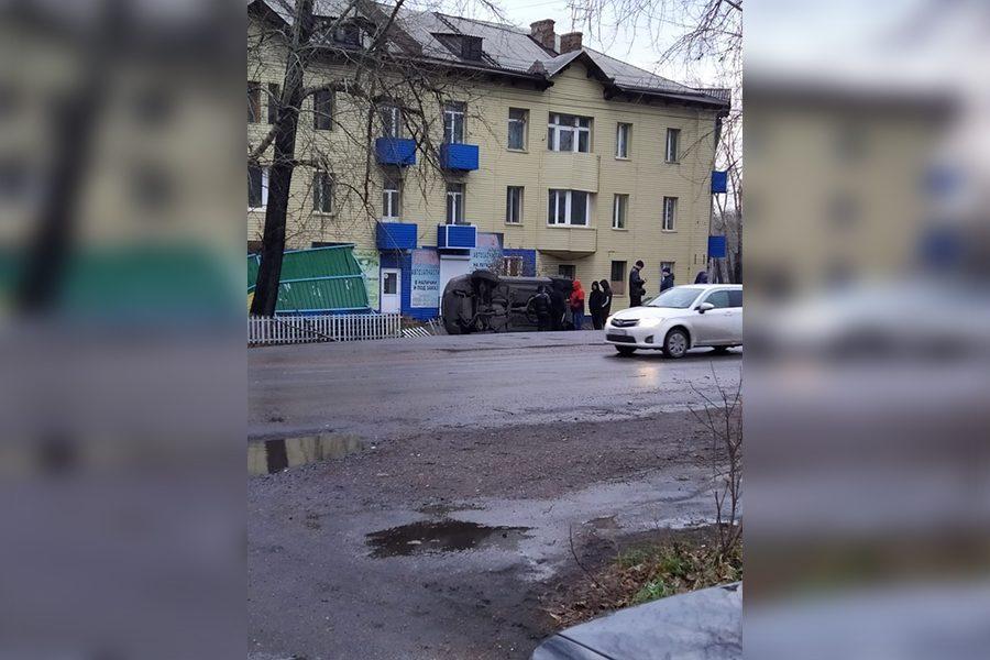 Фото: в Кузбассе легковушка снесла остановку и перевернулась
