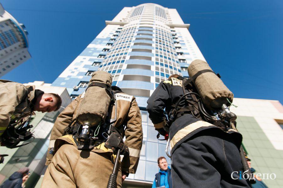 Кемеровские пожарные и спасатели штурмовали высотку