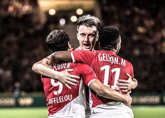 Футбольный клуб разыгрывает фото с известным кузбассовцем