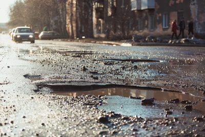 Кемеровчанин повредил авто в центре города из-за плохой дороги