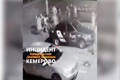 Видео: возле кемеровского клуба толпа избила девушку и двух парней
