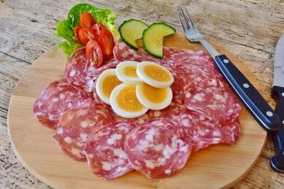 В Кузбасс привезли колбасу с опасным вирусом