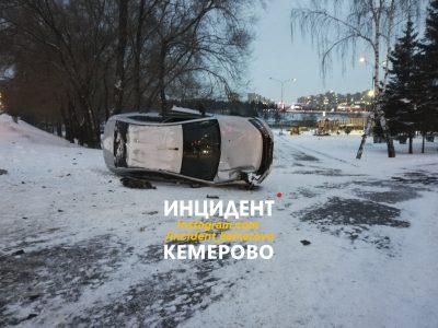 Фото: в центре Кемерова опрокинулась легковушка