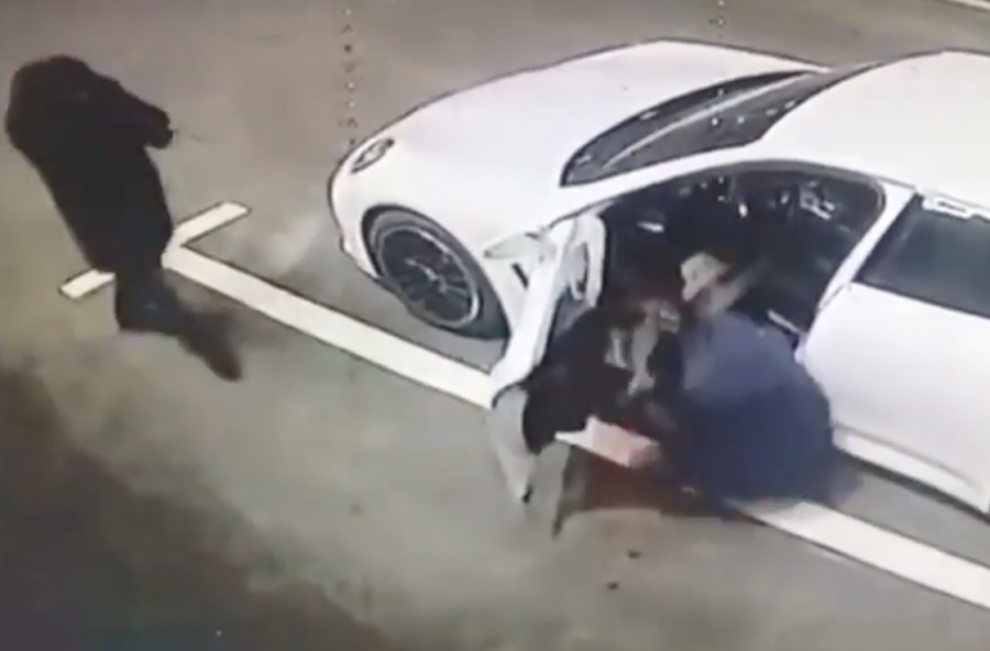 Момент выстрела в известного адвоката в Кемерове попал на видео