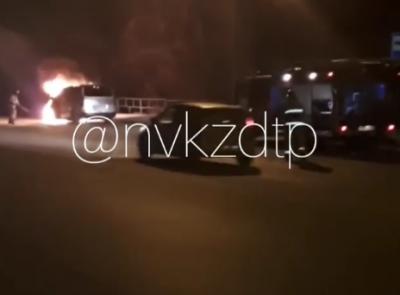 Видео: в Кузбассе на остановке полыхал автомобиль