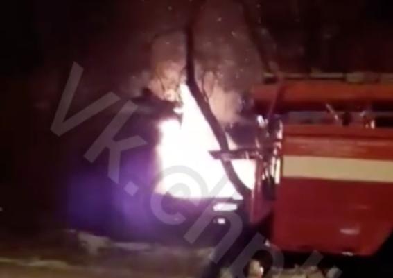 Полыхающие здание в Кузбассе попало на видео