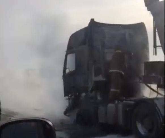 Видео: на кузбасской трассе загорелась фура