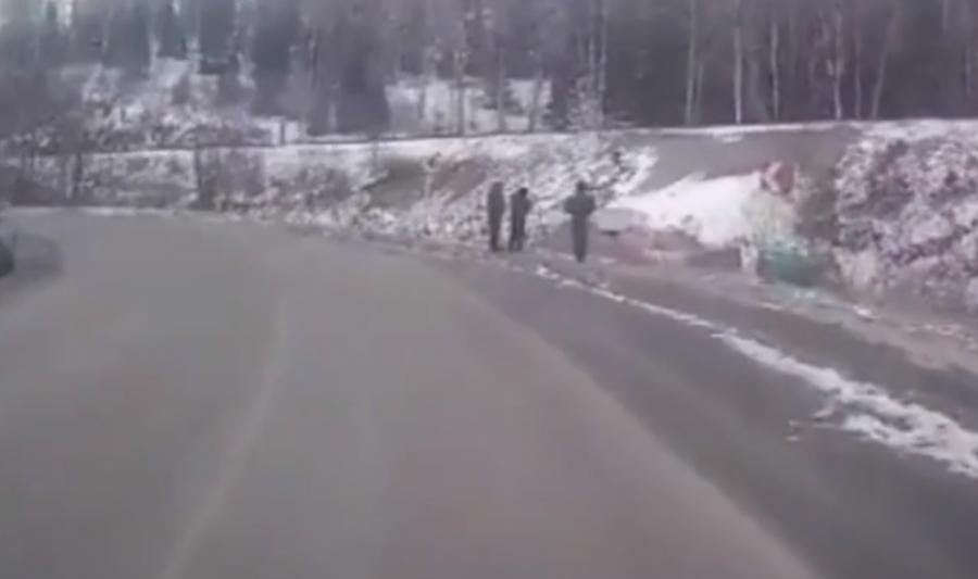 Видео: в Кузбассе бензовоз вылетел в кювет