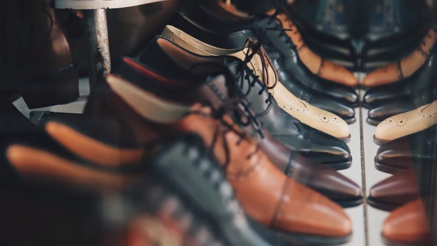 Видео: сибиряка возмутила обувь с крестом на подошве