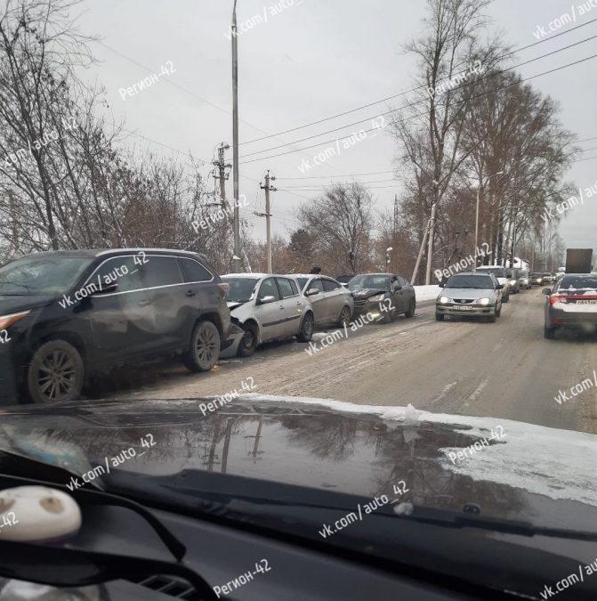 Фото: в Кемерове столкнулись сразу 4 автомобиля