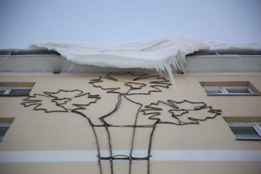 В Новокузнецке упавшая глыба льда чуть не задела детей