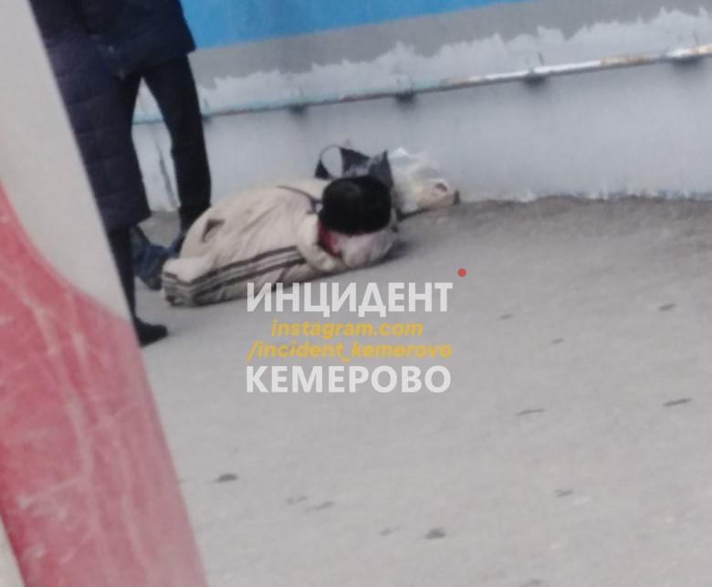В Кемерове прохожие обнаружили труп мужчины возле ТЦ