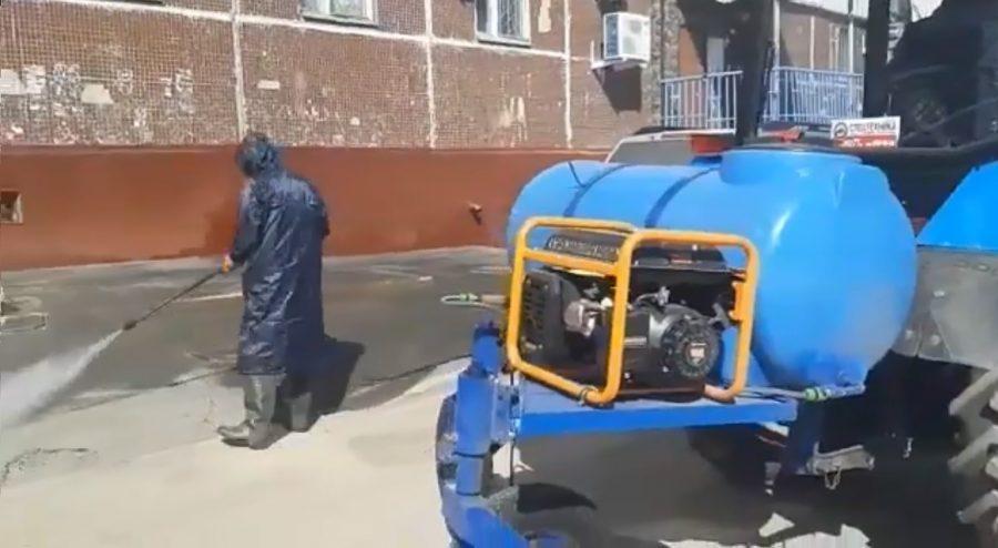 Видео: кемеровские коммунальщики придумали новый способ дезинфекции дворов