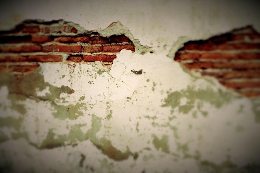 Из-за обрушения стены зернохранилища в Мариинском районе погибли двое