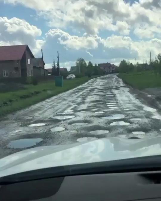 Разбитая дорога в кузбасском селе становится причиной скандала