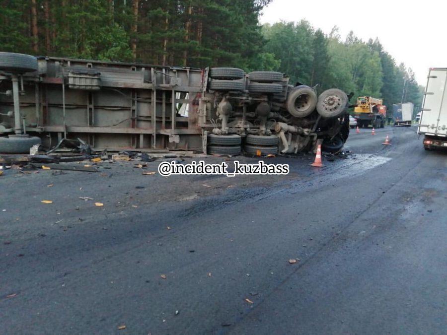 Кузбассовцы чудом не пострадали в страшной аварии на трассе Юрга-Томск (видео)