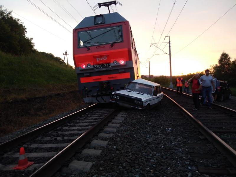 Фото: в Кузбассе пьяная компания попала на «Жигулях» под поезд