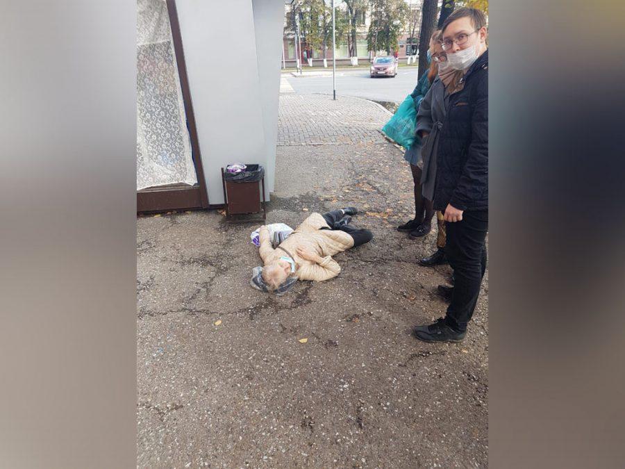 На центральной улице Кемерова внезапно скончалась женщина